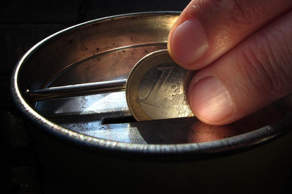 Eine angebliche Spendensammlerin hat die Rentnerin abgelenkt, während ihre Komplizin Bargeld gestohlen hat.