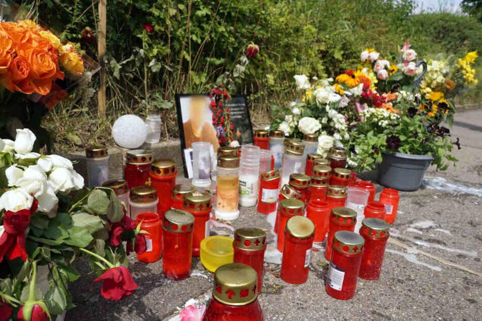Blumen und Kerzen wurden am Tatort niedergelegt.