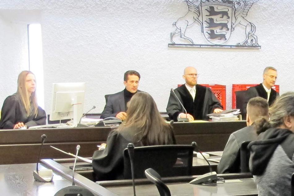 Der Hauptangeklagte im sogenannten Zementmord-Fall sitzt rechts in einem Gerichtssaal vor seinen Richtern. (Archivbild)