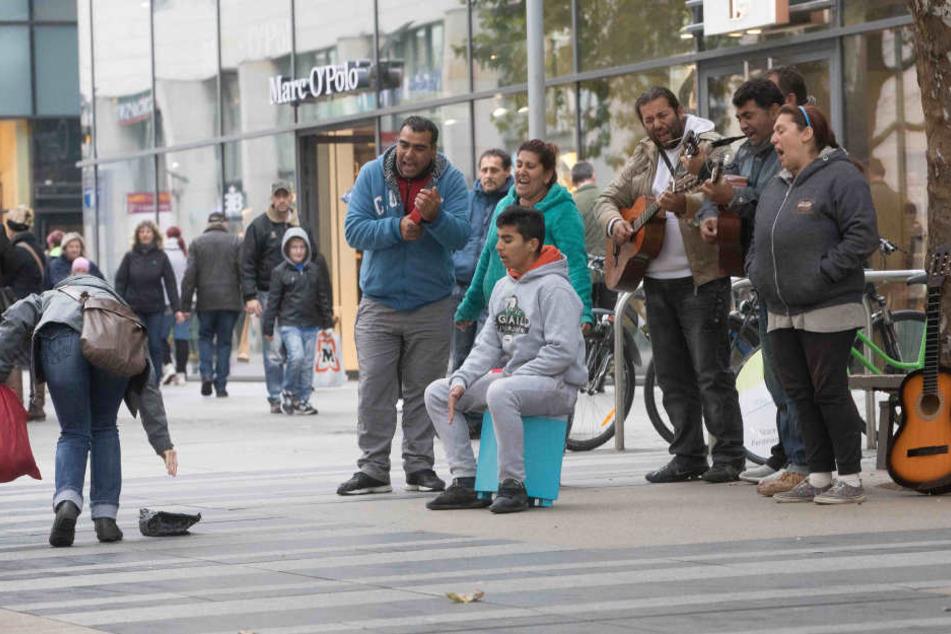 Dresden, Prager Straße: Trotz der schrägen Töne werfen Passanten Geldstücke zur Belohnung.