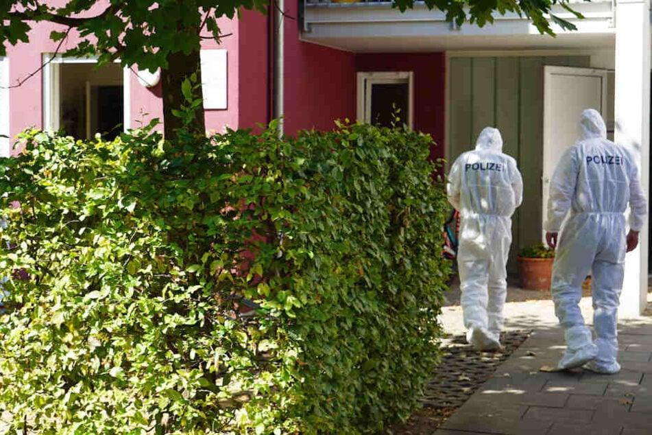 Beamte der Spurensicherung am Donnerstag vor dem Gebäude, in dem der Angriff geschah.