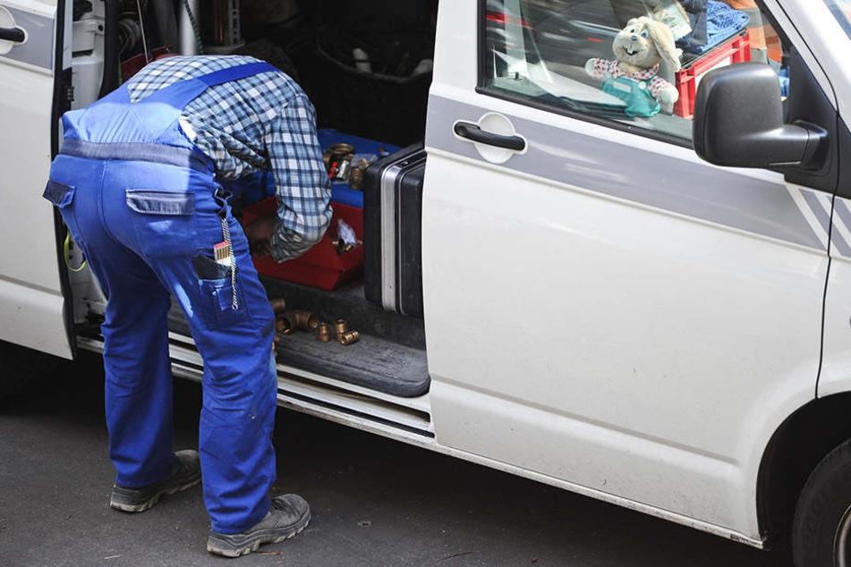 Und plötzlich hält ein Handwerkerauto vor der Tür. Die Betrüger sind zumeist mit Transportern mit osteuropäischen Kennzeichen unterwegs.