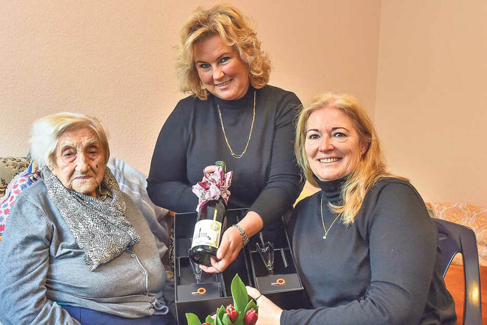 Vereinssprecherin Barbara Lässig (61, r.) und Schatzmeisterin Marion Kittel (55) schenkten Dresdens ältester Bewohnerin Lisbeth Exner (107) Blumen und den exklusiven Fernsehturm-Sekt.