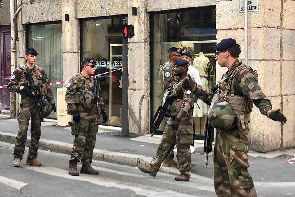 """Soldaten der französischen Anti-Terror-Einheit """"Vigipirate Mission"""" stehen auf einer Straße und sichern ein Gebiet ab."""