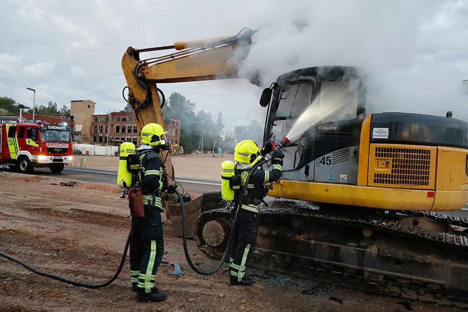 Die Feuerwehr konnte den Brand am Bagger schnell löschen.