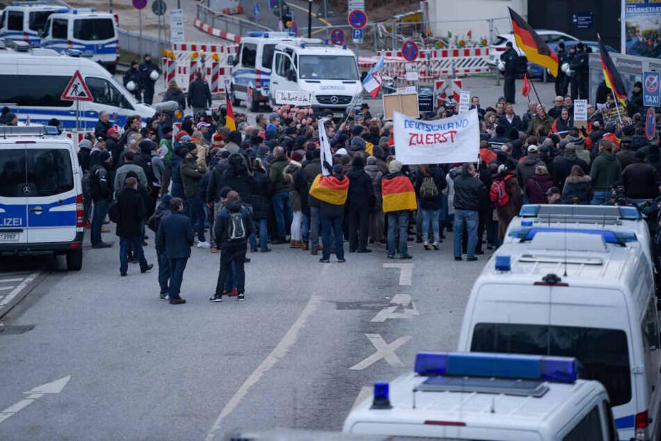 """""""Merkel muss weg""""-Demonstranten in Hamburg. Archivbild."""