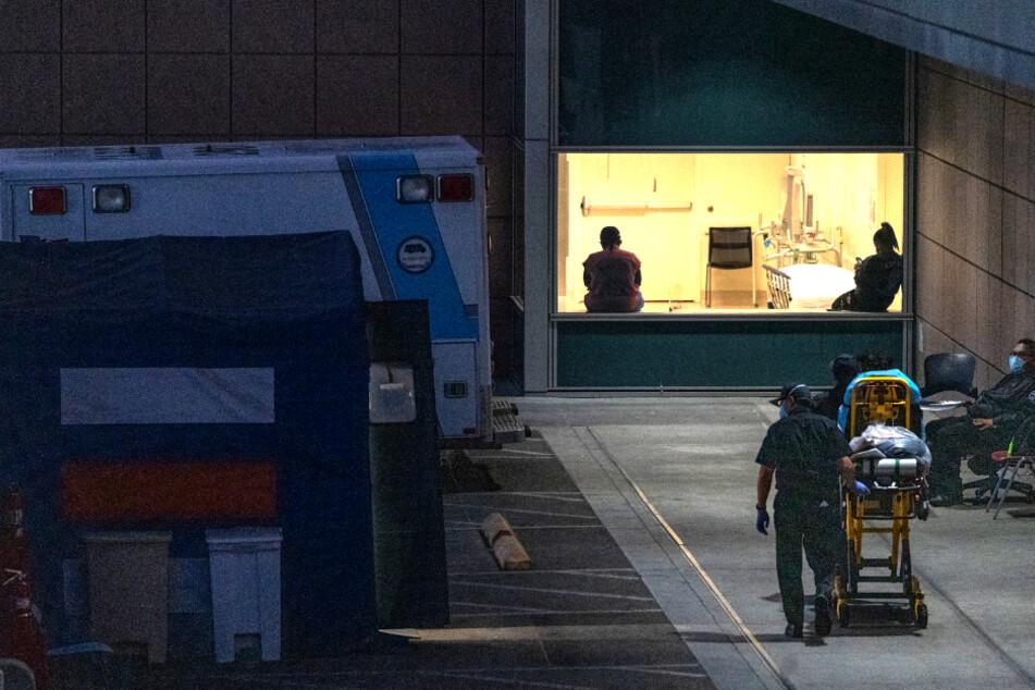 """Ein Rettungsdienst bringt einen Patienten ins staatliche Krankenhaus """"Los Angeles County + USC Medical Center""""."""