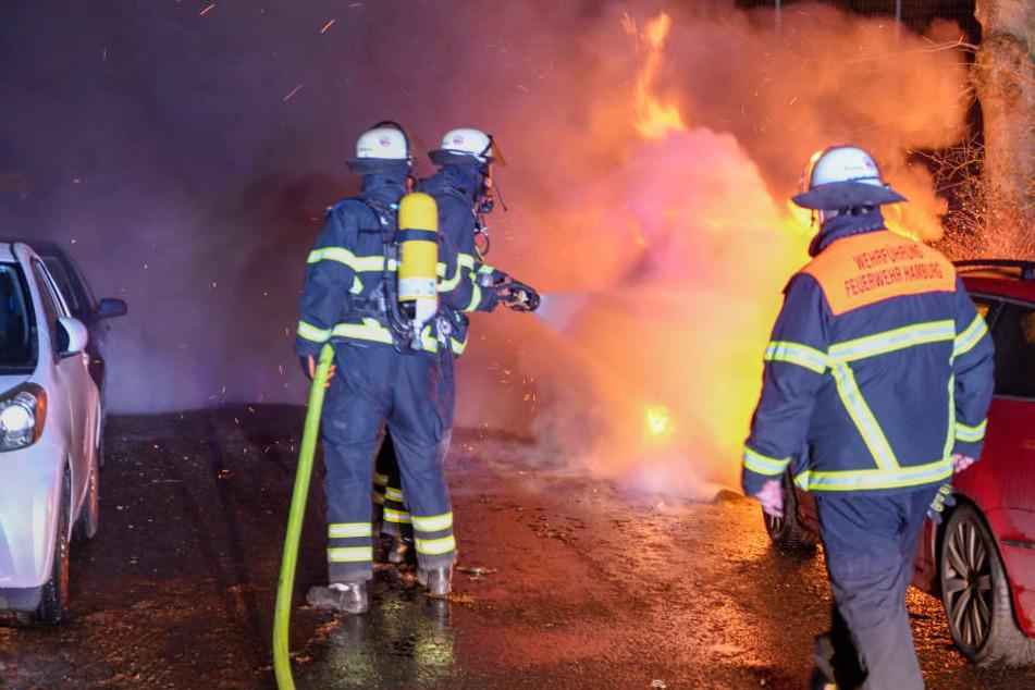 Die Feuerwehr mussten ein brennendes Auto löschen.