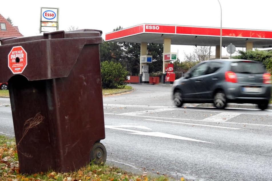 Die Esso-Tankstelle in Eilenburg: Mit solch einer Tonne stahl der Unbekannte Diesel. Das Original hat die Polizei beschlagnahmt.