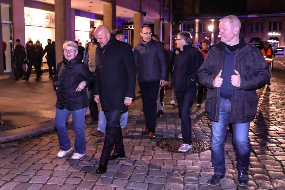 AfD-Vize-Landtagspräsident André Wendt (48, 2.v.l.) nahm mit AfD-Chef Jörg Urban (55, 2.v.r.) am Montag an der Pegida-Demo teil.