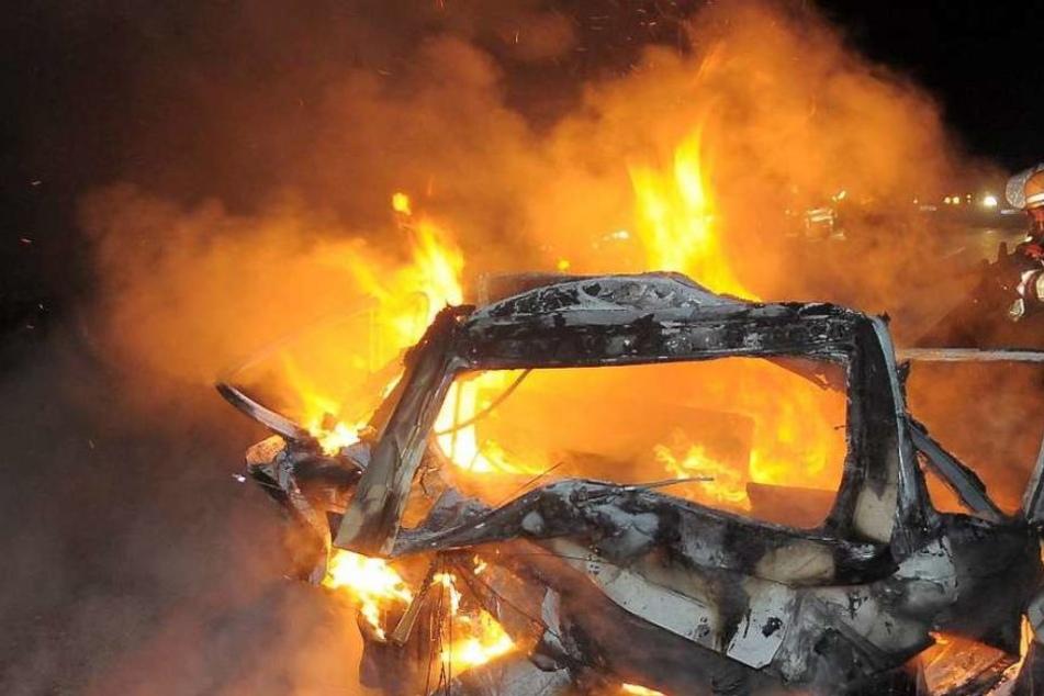 Seine beiden Frauen saßen im Auto, als er das Fahrzeug anzündete. (Symbolbild)