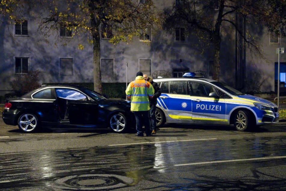 Polizisten stehen nach der Tragödie am Unfallort in der Fürstenrieder Straße in München.
