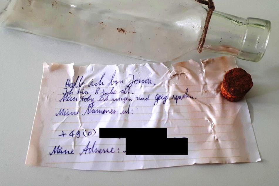 """Die Flaschenpost des kleines Jonas wurde bei der Aktion """"Meißen putzt sich raus"""" am Ufer der Elbe gefunden."""