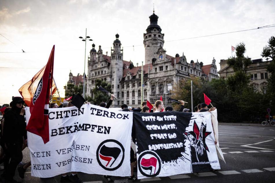Teilnehmer einer antifaschistischen Kundgebung demonstrierten am Sonntagabend vor dem Leipziger Rathaus.