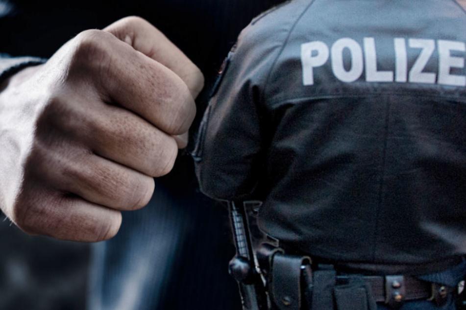Ein Polizist wurde bei der Attacke durch den 61-Jährigen verletzt. (Symbolbild)