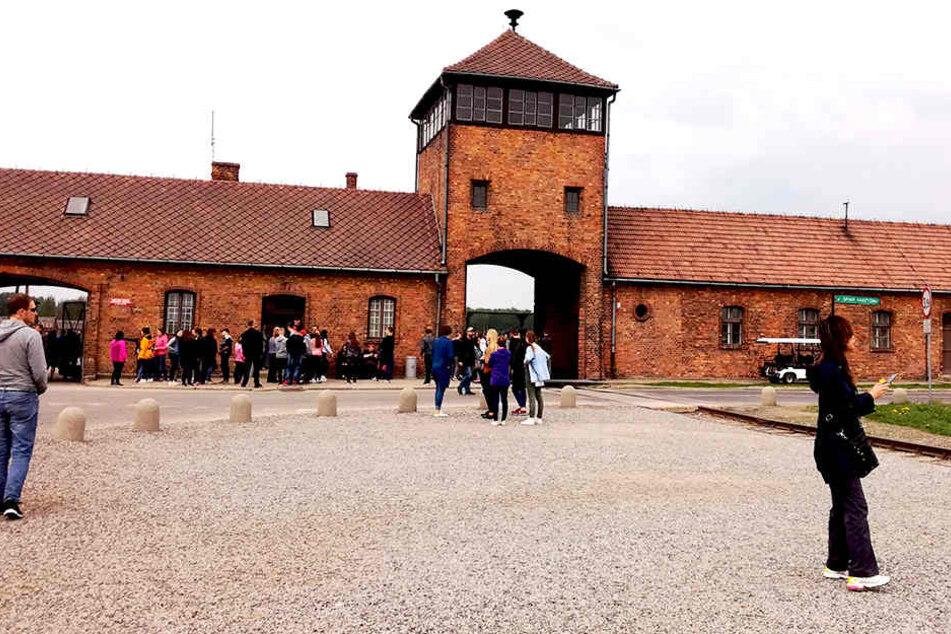 Zahlreiche Touristen besuchen täglich das Gelände des Konzentrationslagers Auschwitz-Birkenau.