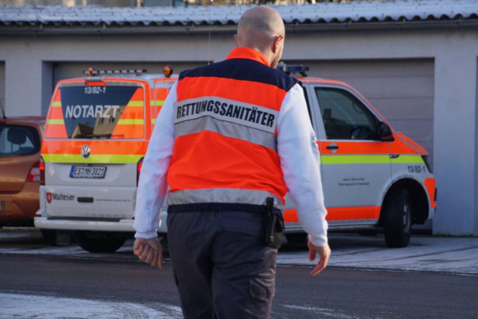 Ein Rettungssanitäter geht vor Ort seiner Arbeit nach.
