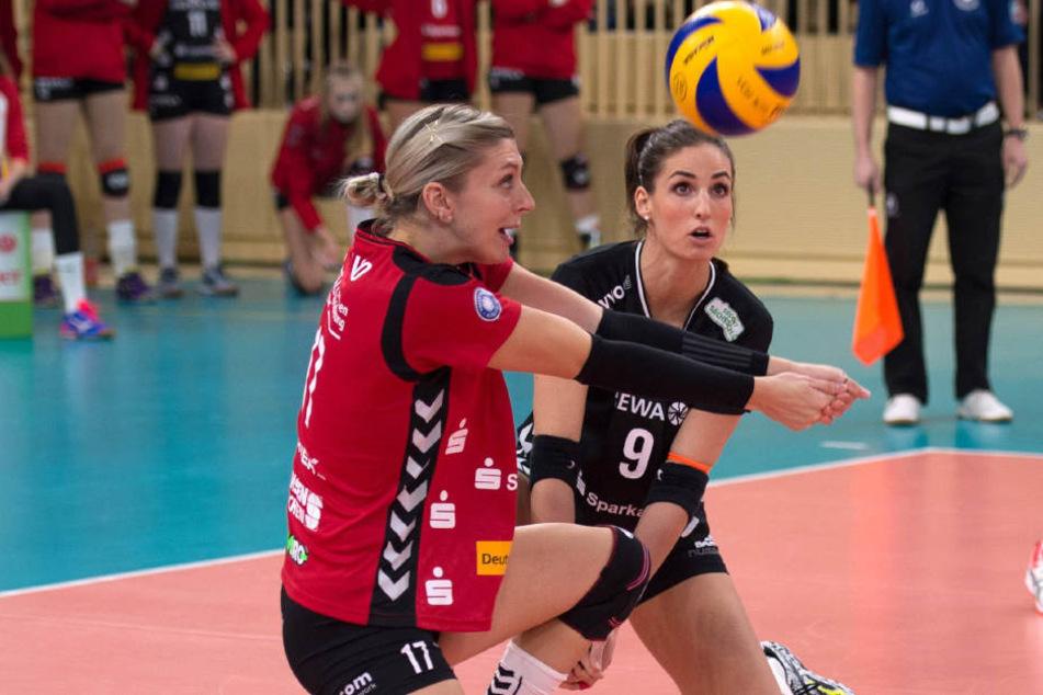Gina  Mancuso (li.) und Myrthe Schoot vom DSC  in Aktion gegen Wiesbaden.