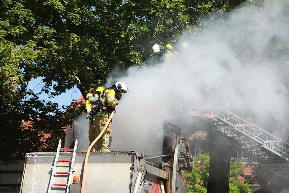 Die Kameraden der Feuerwehr Altstadt versuchten zunächst, das Feuer mit Schaum zu ersticken.