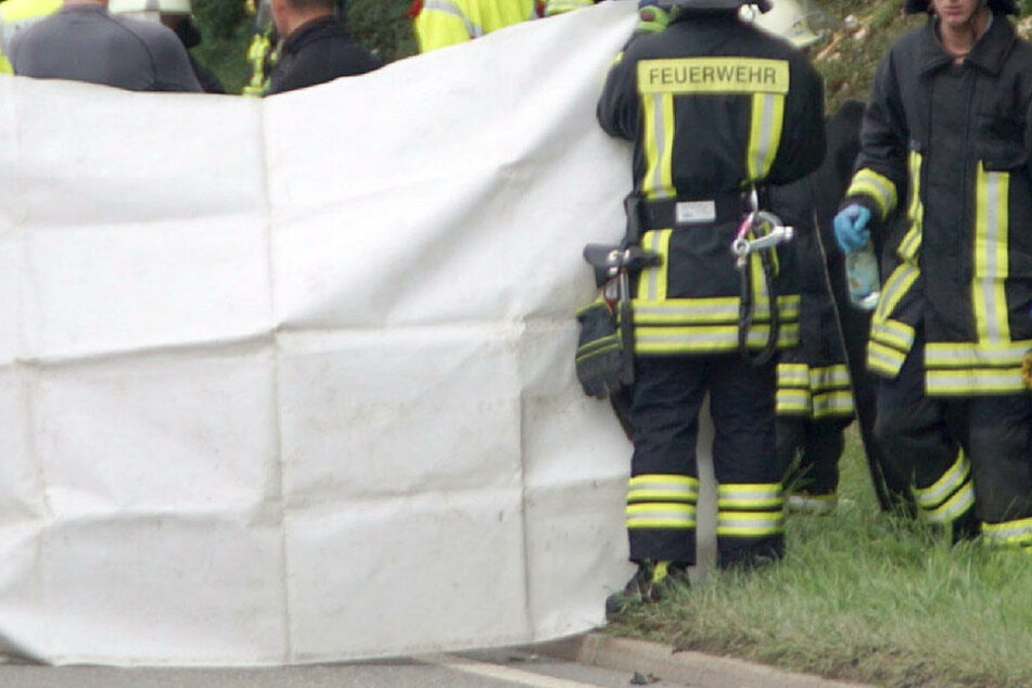 Großeinsatz für die Rettungskräfte. Sechs Personen wurden verletzt, der Biker starb noch an der Unfallstelle. (Symbolbild)