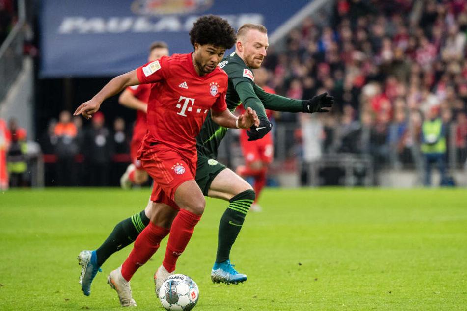Serge Gnabry (l.) erzielte für Bayern das 2:0. Hier setzt er sich gegen Wolfsburgs Maximilian Arnold durch.