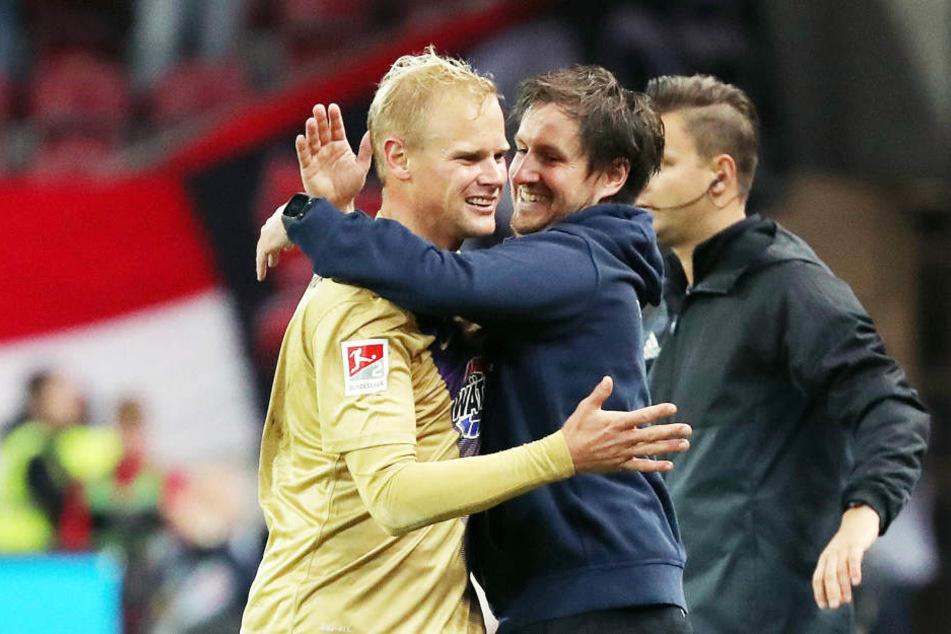 Freude bei Doppeltorschütze Sören Bertram und Aues Coach Hannes Drews.