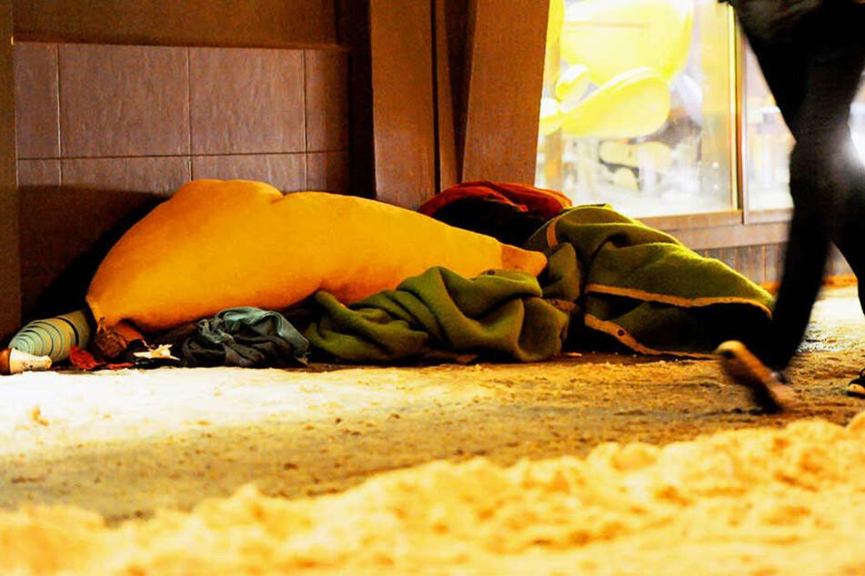 Auch an Hauswänden oder in -eingängen lassen sich Obdachlose oft nieder.