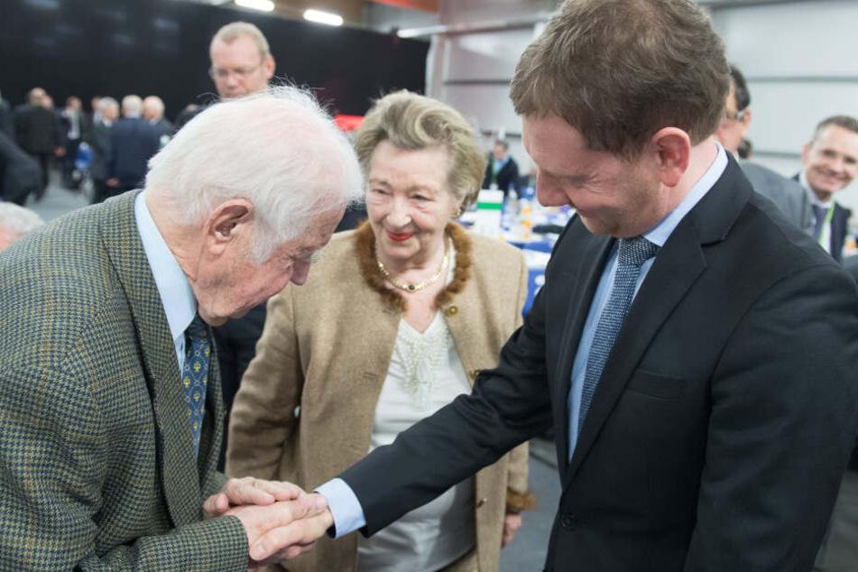 Sachsens Ministerpräsident Michael Kretschmer (44, CDU) schüttelt die Hand von Ex-MP Biedenkopf (89, CDU).
