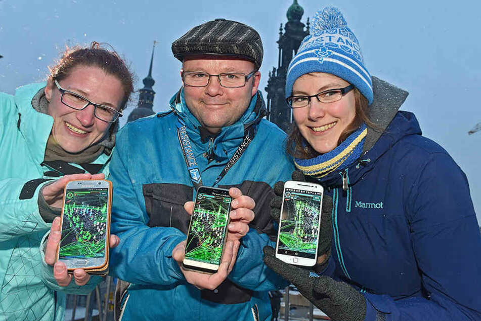 """Per App durch die Stadt: Claudia Vogel (36), Falk Mitze (49) und Maria Kühne (29) sind drei der Organisatoren des """"Ingress-Mission-Day""""."""