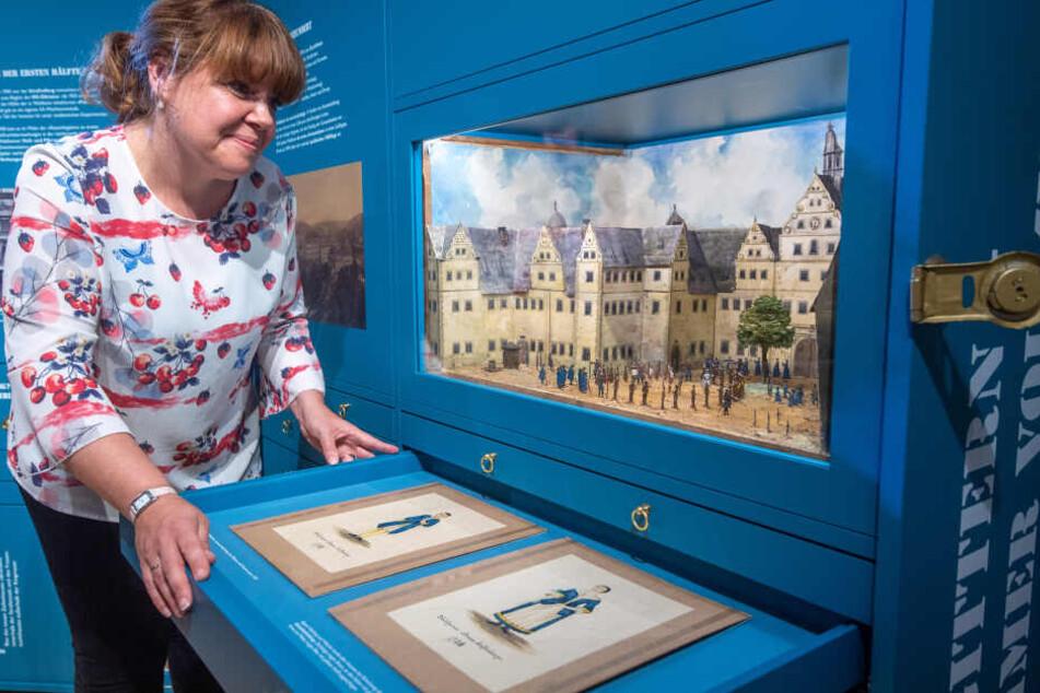 Museumsmitarbeiterin Patricia Spruck (44) vor einem Modell des Zuchthaushofes.