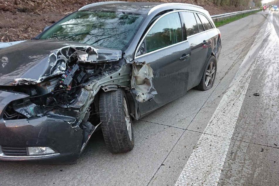 Die Front des Opels wurde bei dem Unfall komplett zerstört.