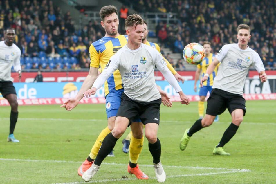 Erik Tallig, der in dieser Szene den Ball geschickt vor Braunschweigs Marcel Bär behauptet, saß zuletzt gegen Halle 90 Minuten auf der Bank. Kehrt der Youngster heute in die Startelf zurück?