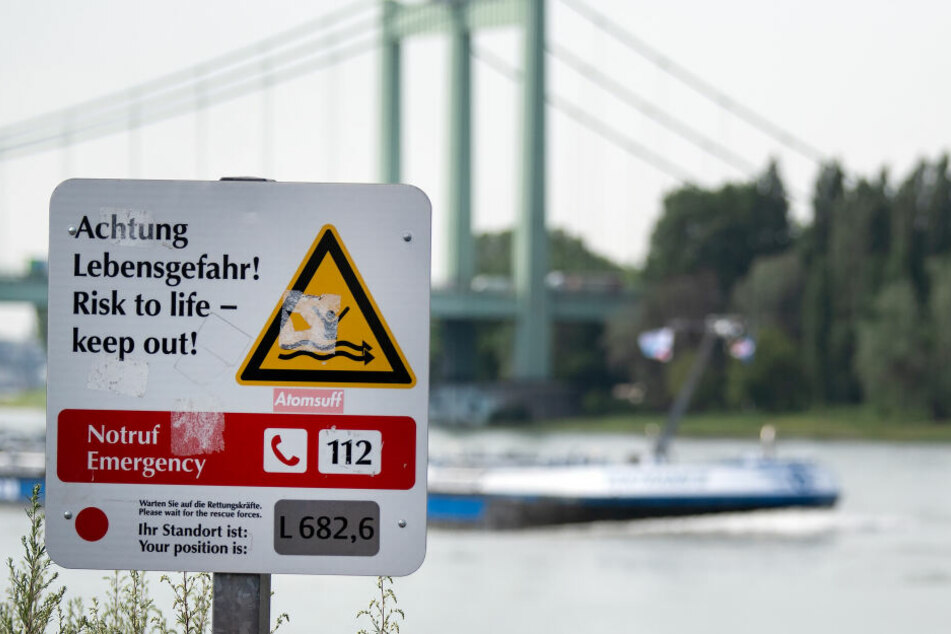 Wer im Rhein schwimmt, setzt sich lebensgefährlichen Gefahren aus.