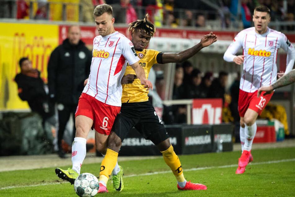 Godsway Donyoh (Mitte) drufte erstmals für Dynamo ran. Hier führt er den Zweikampf gegen Benedikt Saller. Der Torschütze des Führungstreffers, Erik Wekesser im HIntergrund.