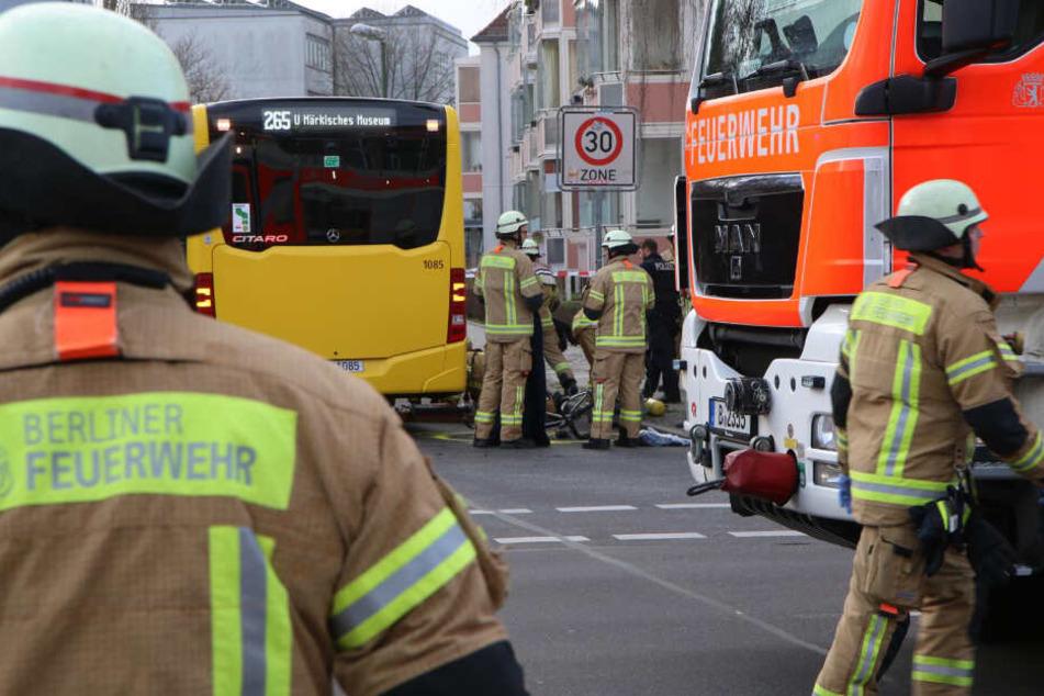 Einsatzkräfte der Berliner Feuerwehr kümmern sich um den Radfahrer.