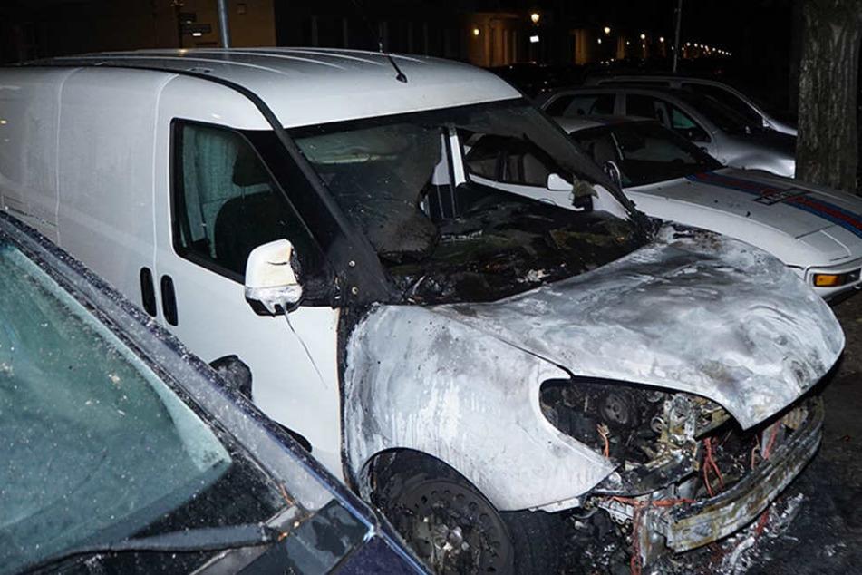 Die Front des Transporters wurde durch den Brand fast komplett zerstört.