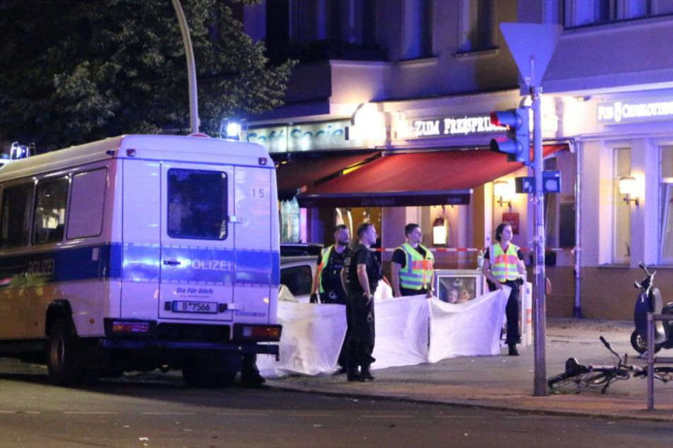 Polizisten errichteten einen Sichtschutz um die verunglückte Frau (22).