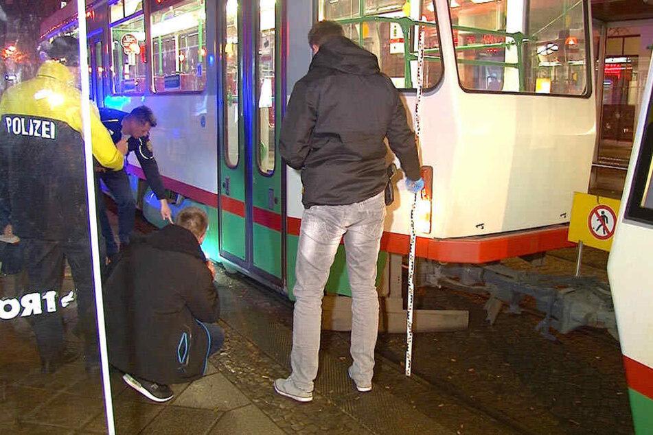 Etwa zwei Meter wurde der Eingeklemmte mitgeschleift. Er wurde am Unfallort notärztlich versorgt und anschließend ins Krankenhaus gebracht.