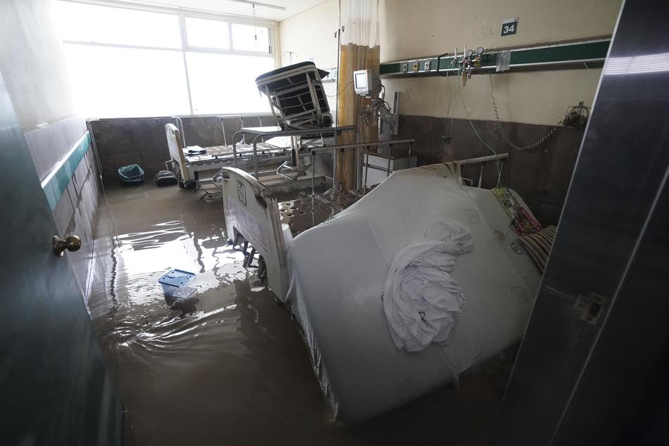Überschwemmte Zimmer, beschädigte Betten und medizinische Geräte sind in einem öffentlichen Krankenhaus in Mexiko zu sehen.