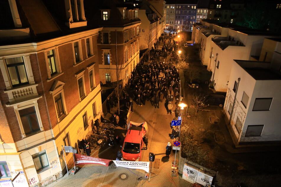 Zu der Demo haben sich in Connewitz zahlreiche Menschen eingefunden.
