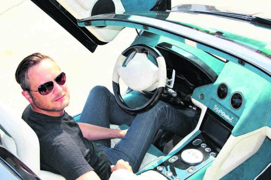 Sportwagen-Designer Sebastian Schwibs im Cockpit seines knapp 900 PS starken Boliden.