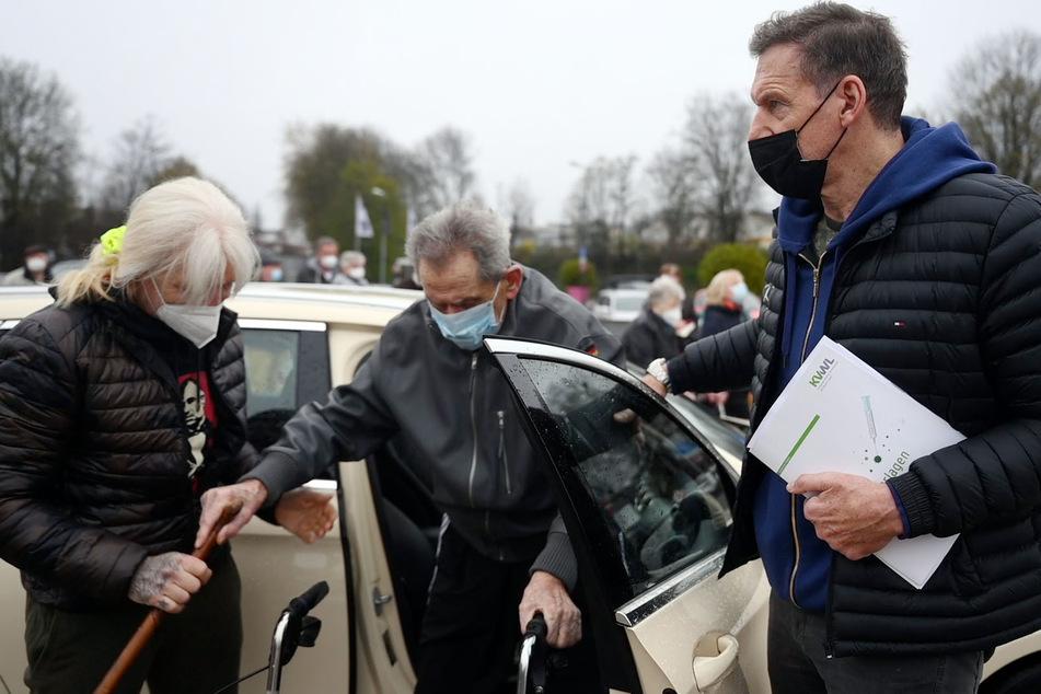 Die Vier kamen mit zwei Taxis zum Impfzentrum.