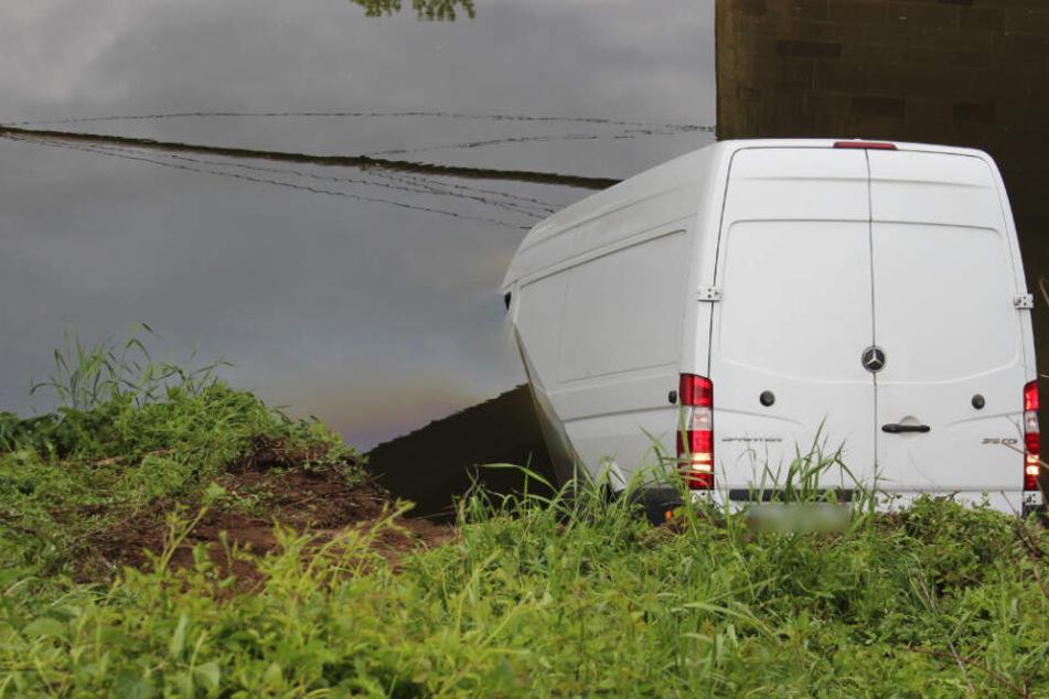 Der Sprinter, halb versunken im Neckar.
