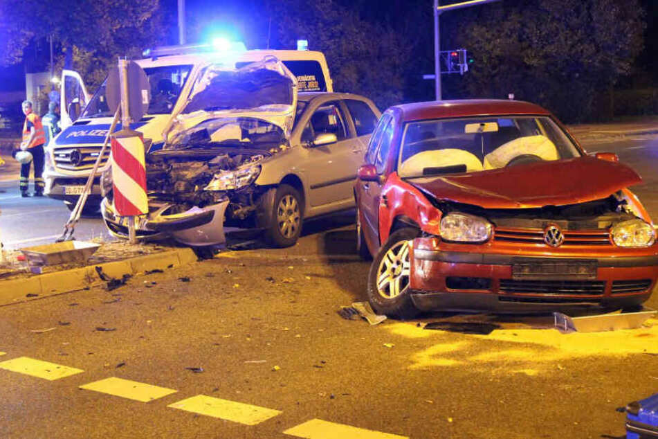 Autos kollidieren auf Kreuzung: Feuerwehr hat es zum Glück nicht weit