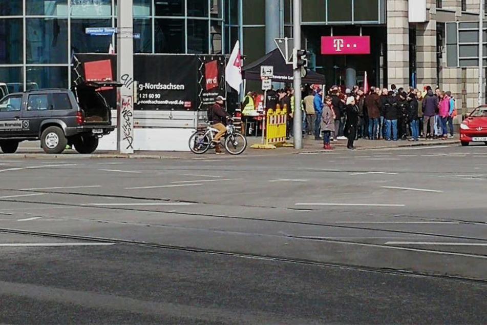 Telekom-Mitarbeiter streiken im März am Johannisplatz in Leipzig. Auch am Dienstag ruft die Gewerkschaft Verdi wieder zur Arbeitsniederlegung auf. (Archivbild)