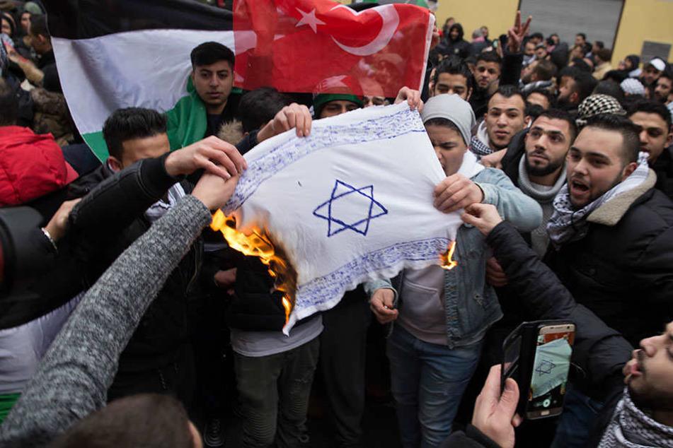 In Berlin-Neukölln brannten Mitte Dezember selbstgemalte Fahnen Israels. (Quelle: jüdisches Forum für Demokratie und gegen Antisemitismus e.V.)