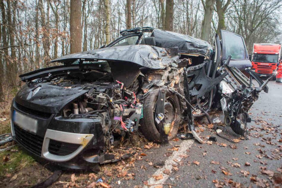 Lebensgefahr! Auto kommt von Straße ab und kracht gegen Baum