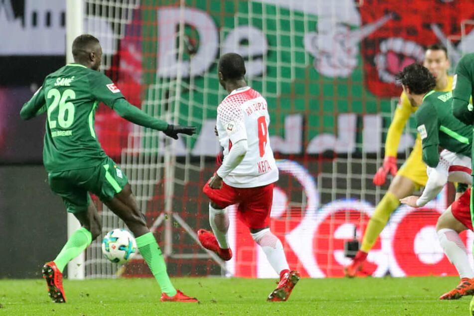 Naby Keita (M.) erzielte in der 34. Minute per Weitschuss das 1:0 für RB Leipzig - sein zweites Saisontor.