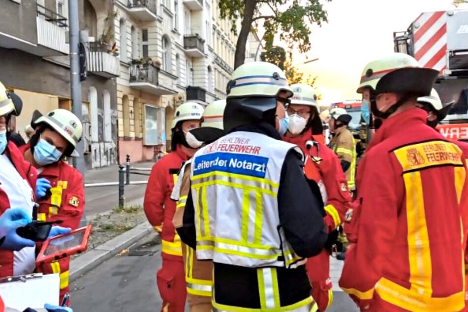 Feuer in Berliner Wohnhaus! Mann muss aus Wohnung gerettet werden
