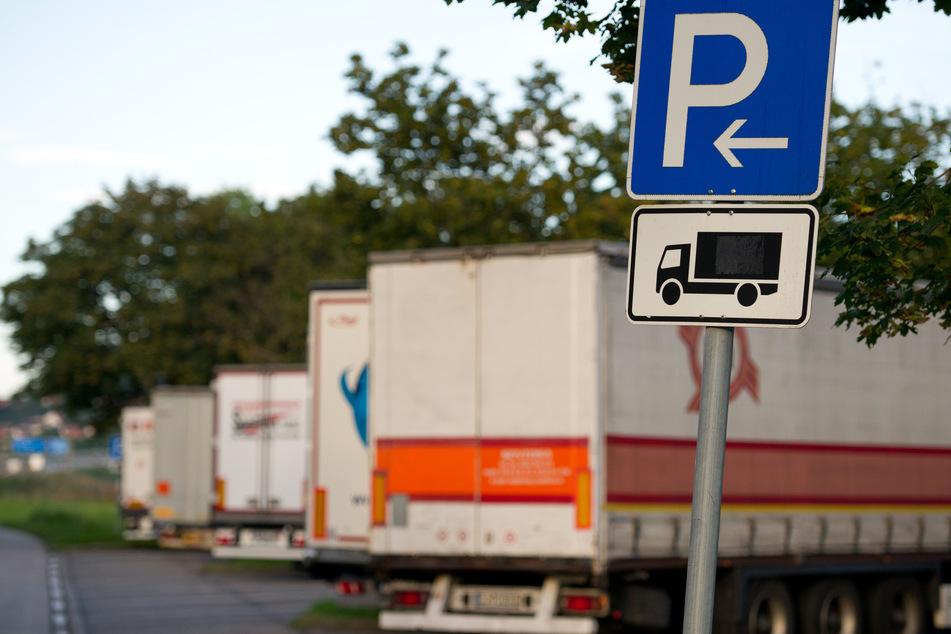 Auf Parkplätzen an der A4 und an der A72 haben in den vergangenen Tagen Planenschlitzer zugeschlagen. Die Täter klauten Schuhe und Fahrzeugteile. (Symbolbild)